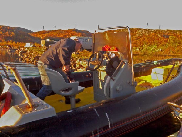 Сашка моет лодку.. Чисто - чисто. Конкретно моет..