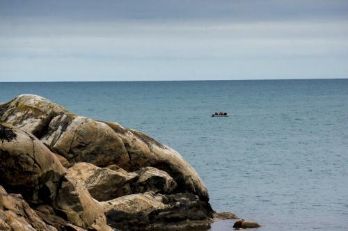 Лодка с рыбаками около сев бухты